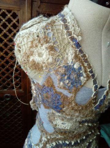 FREE FORM CROCHET à partir de Toison brute de Mouton : Robe en Laine Couleurs douces délicates Bleues Beiges Ecrues Coton perlé  Lama_712