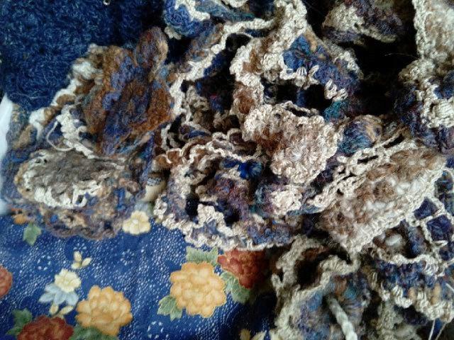 FREE FORM CROCHET à partir de Toison brute de Mouton : Robe en Laine Couleurs douces délicates Bleues Beiges Ecrues Coton perlé  Lama_810