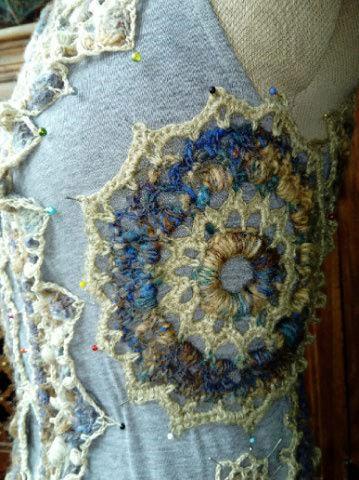 FREE FORM CROCHET à partir de Toison brute de Mouton : Robe en Laine Couleurs douces délicates Bleues Beiges Ecrues Coton perlé  Lama_812