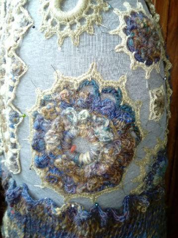 FREE FORM CROCHET à partir de Toison brute de Mouton : Robe en Laine Couleurs douces délicates Bleues Beiges Ecrues Coton perlé  Lama_814
