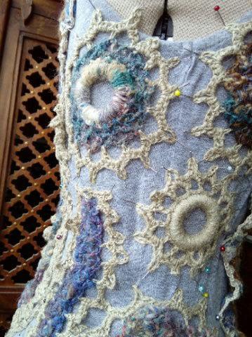 FREE FORM CROCHET à partir de Toison brute de Mouton : Robe en Laine Couleurs douces délicates Bleues Beiges Ecrues Coton perlé  Lama_815