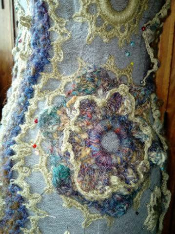 FREE FORM CROCHET à partir de Toison brute de Mouton : Robe en Laine Couleurs douces délicates Bleues Beiges Ecrues Coton perlé  Lama_816