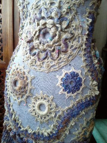 FREE FORM CROCHET à partir de Toison brute de Mouton : Robe en Laine Couleurs douces délicates Bleues Beiges Ecrues Coton perlé  Lama_817