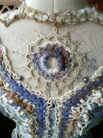 FREE FORM CROCHET à partir de Toison brute de Mouton : Robe en Laine Couleurs douces délicates Bleues Beiges Ecrues Coton perlé  Lama_818