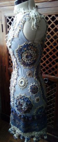 FREE FORM CROCHET à partir de Toison brute de Mouton : Robe en Laine Couleurs douces délicates Bleues Beiges Ecrues Coton perlé  Lama_911