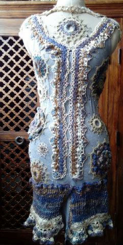 FREE FORM CROCHET à partir de Toison brute de Mouton : Robe en Laine Couleurs douces délicates Bleues Beiges Ecrues Coton perlé  Lama_912
