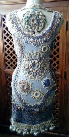 FREE FORM CROCHET à partir de Toison brute de Mouton : Robe en Laine Couleurs douces délicates Bleues Beiges Ecrues Coton perlé  Lama_913