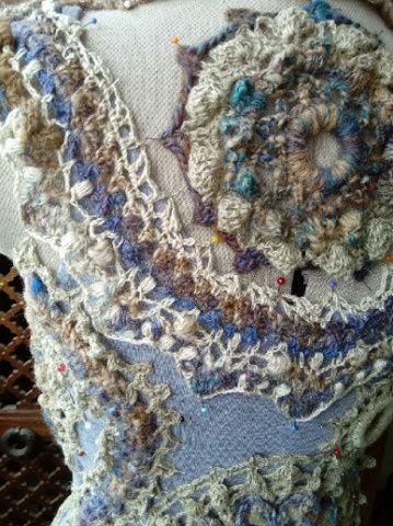 FREE FORM CROCHET à partir de Toison brute de Mouton : Robe en Laine Couleurs douces délicates Bleues Beiges Ecrues Coton perlé  Lama_916