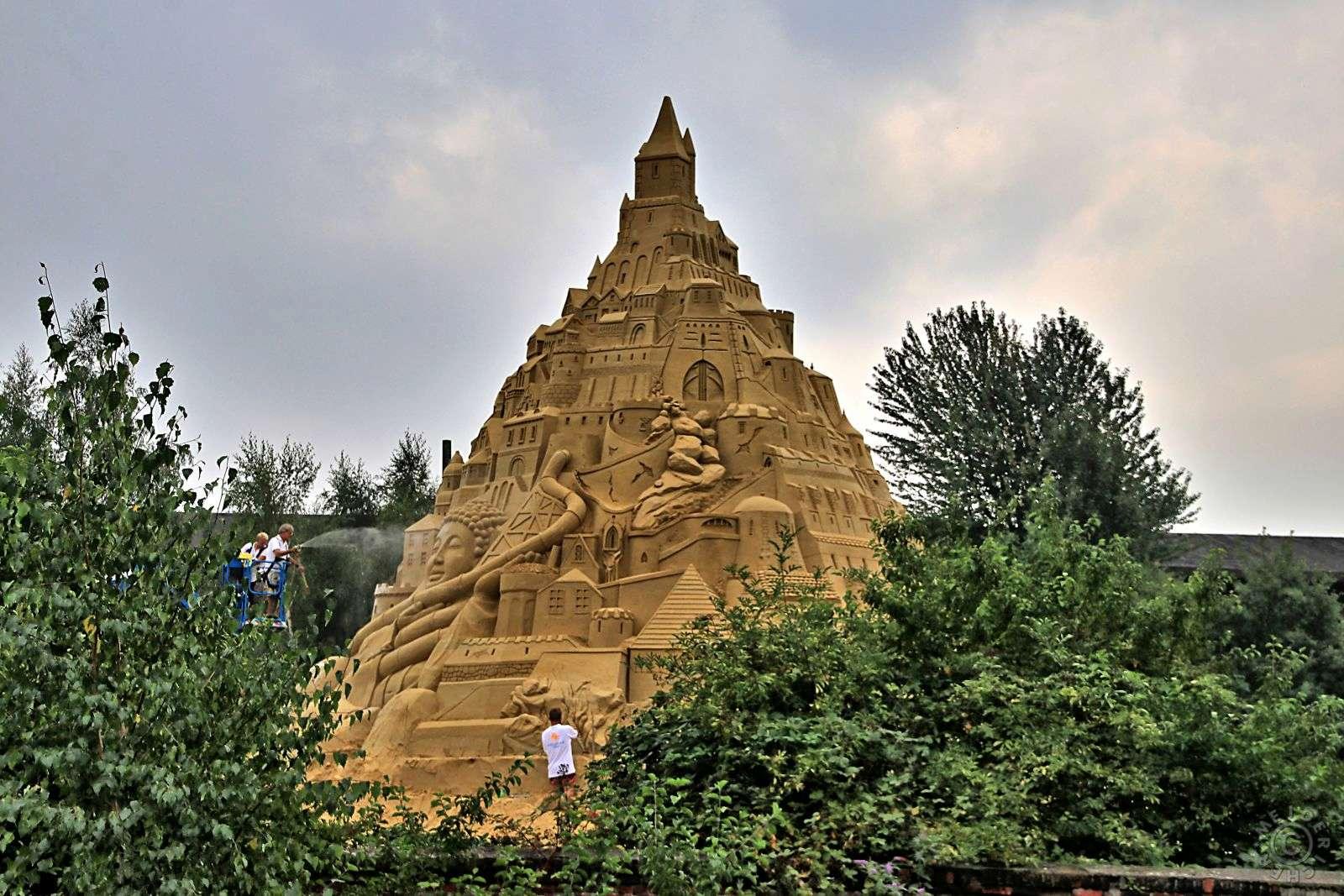 Duisburg will mit weltgrößter Sandburg ins Guinness-Buch 1011