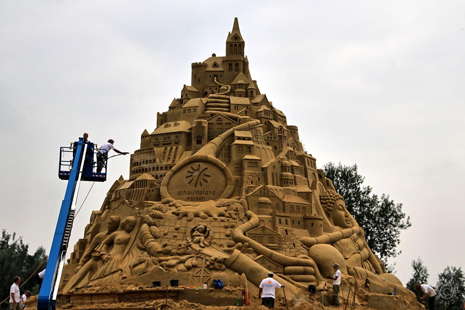 Duisburg will mit weltgrößter Sandburg ins Guinness-Buch 111