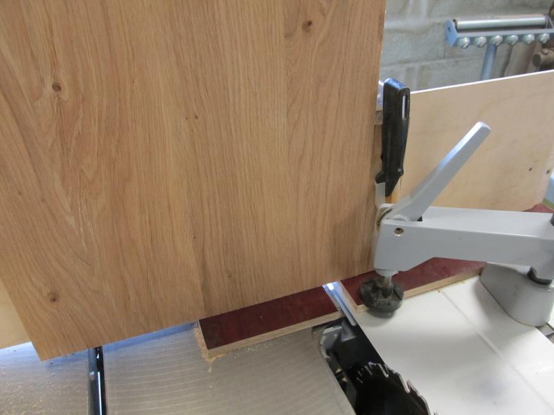 Sur une console très simple, un essai de queues droites à la scie sous table Consol16