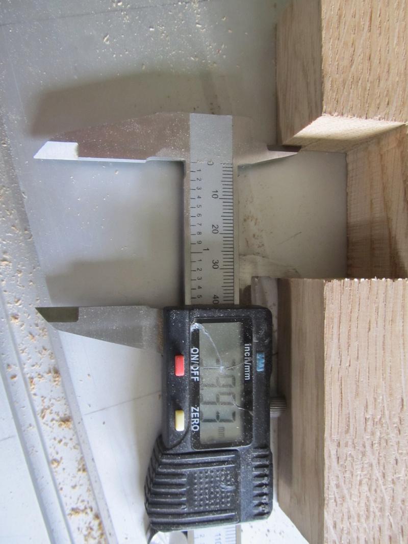 Sur une console très simple, un essai de queues droites à la scie sous table Consol17
