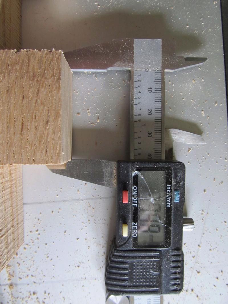Sur une console très simple, un essai de queues droites à la scie sous table Consol18