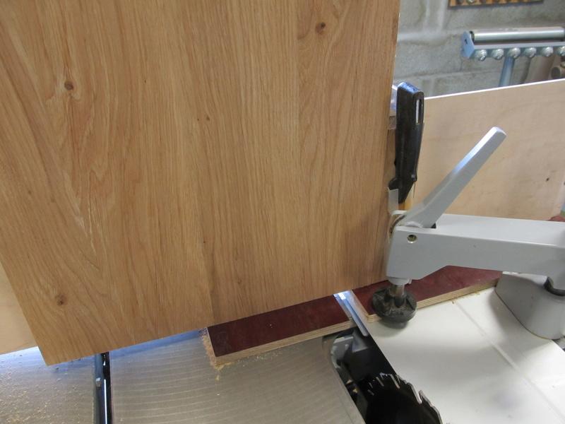 Sur une console très simple, un essai de queues droites à la scie sous table Consol21