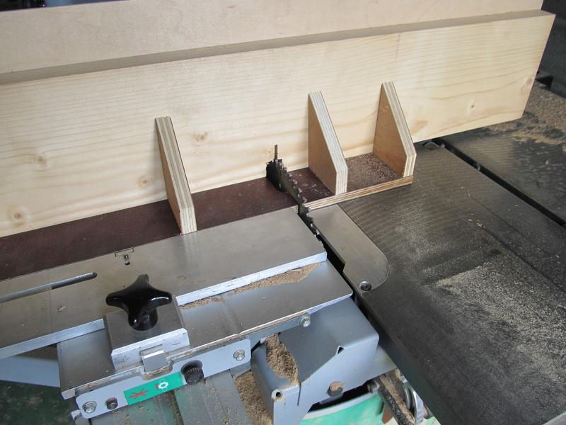 Sur une console très simple, un essai de queues droites à la scie sous table Consol28