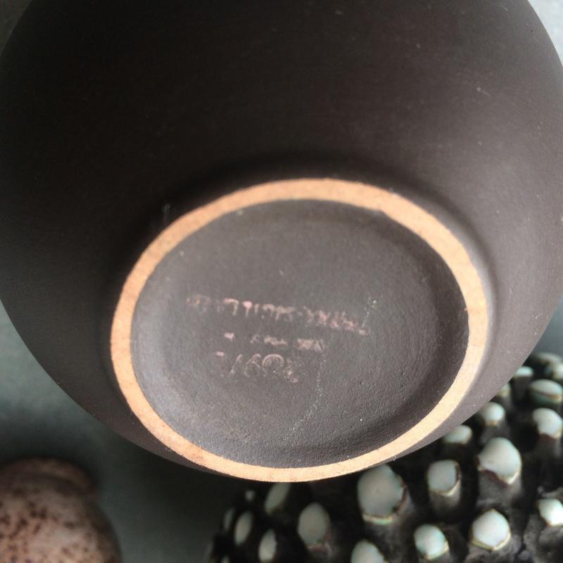 Small spherical vase with matt dark brown glaze - Wormser Terra-sigillata Img_4513