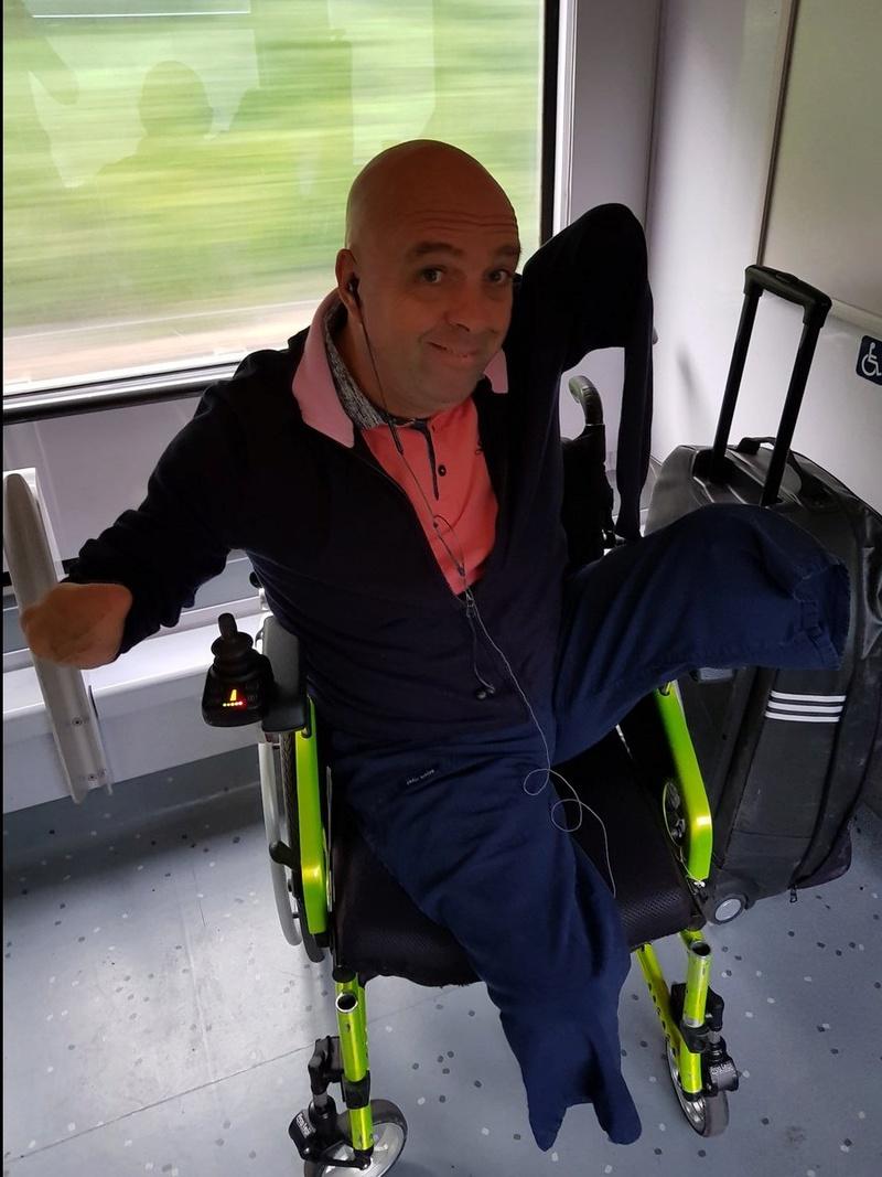 Un contrôleur SNCF demande à Philippe Croizon, amputé de ses quatre membres, de présenter sa carte d'invalidité  Sans_612