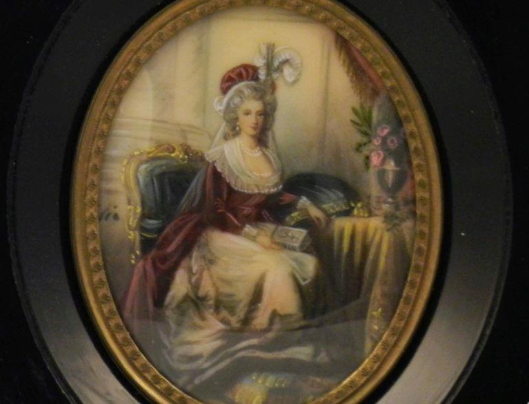 Marie-Antoinette au livre en robe bleue - Page 3 Tylych10