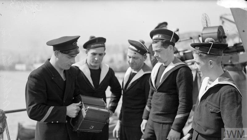 Excellentes photos FNFL de l'Imperial War Museum...bonnes idées de reconstitution à bord 211