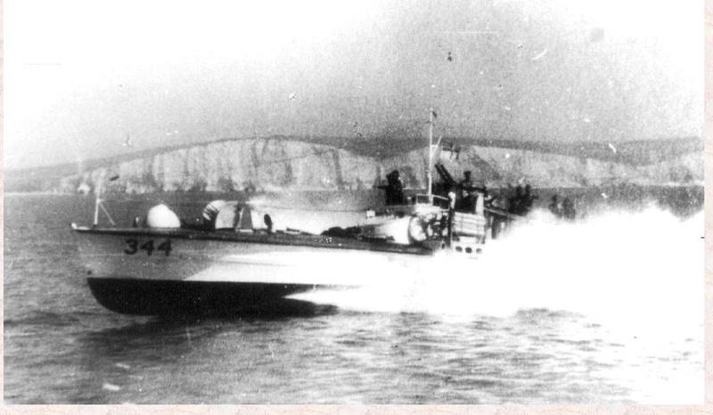 Le MTB 344 et son commandant le Lt Bourne Mtb_3410
