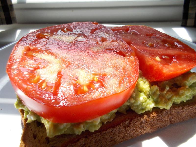 Avocado toast with garden tomato Dscn0748