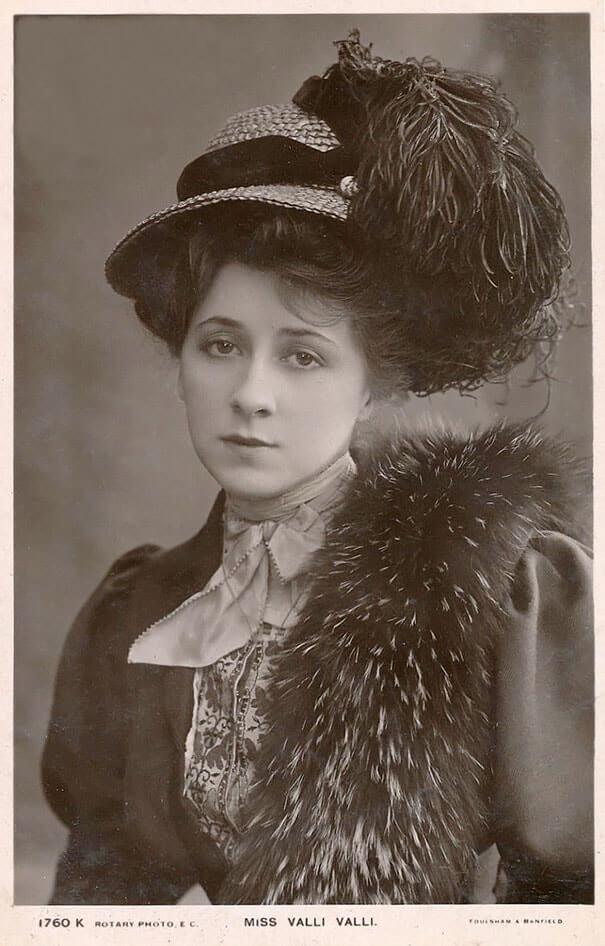 100-летние фотографии самых красивых женщин тех времен. Aii_oa10