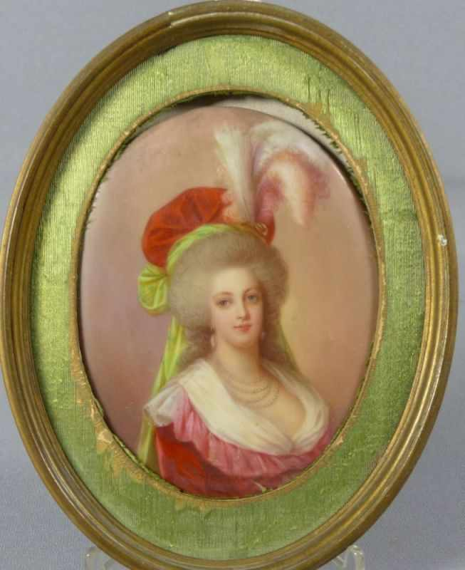 Marie-Antoinette en robe rouge sans ses enfants - Page 2 15002810