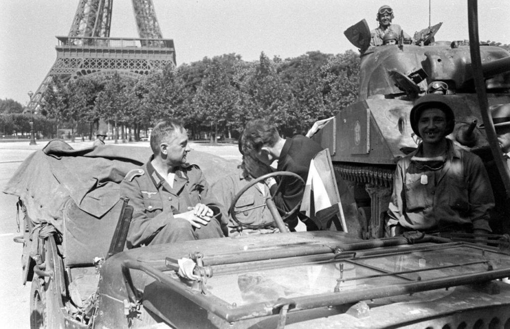 jeep et char 12 cuir sous tour Eiffel Ecole_10