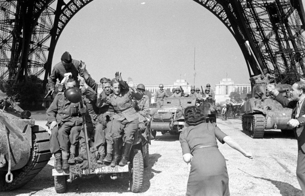 jeep et char 12 cuir sous tour Eiffel Ecole_11