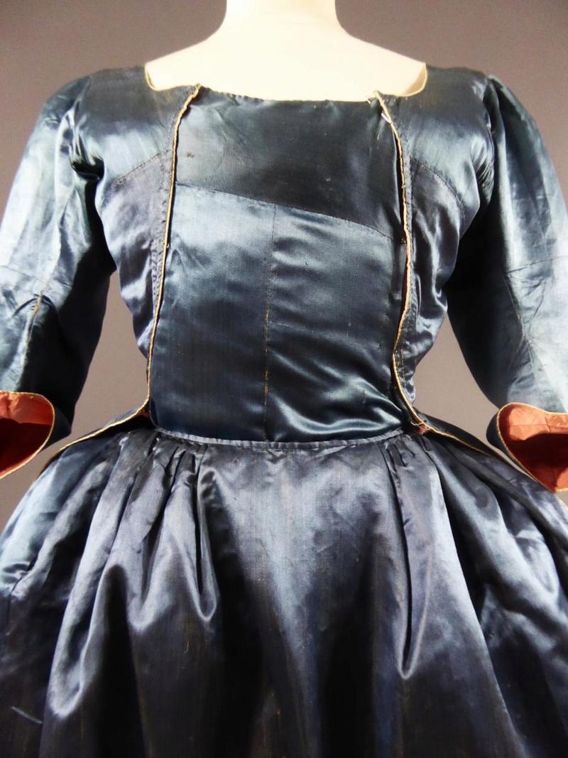 robes XVIIIe: styles, couleurs et matières  27680016
