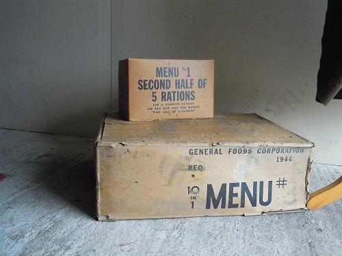 une capote modèle 20 et des Cartons de rations ! Dscn7034