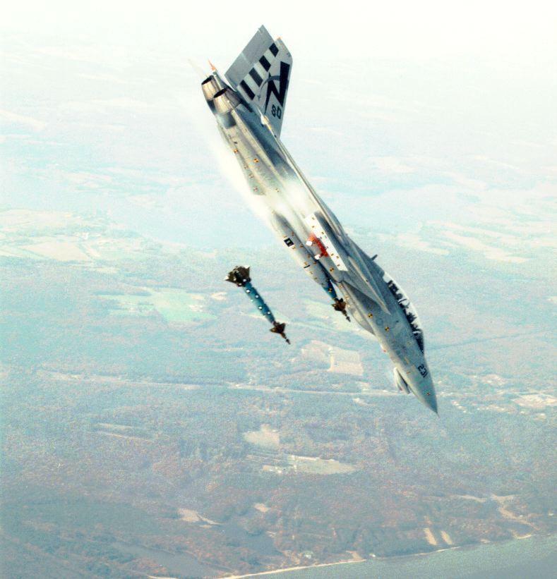 Fotos de F-4 Phantom y F-14 Tomcat  volando con las alas plegadas Dkwpwo10