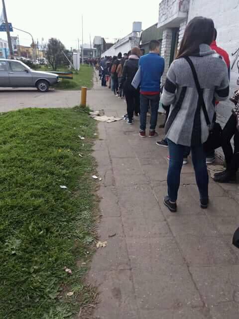Multitudinaria fila de personas para conseguir 3 puestos de trabajo en una YPF de San Miguel 00124