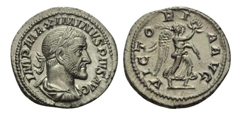 Denario de Maximino I. VICTORIA AVG. Victoria avanzando a dcha. Ceca Roma. Captur10