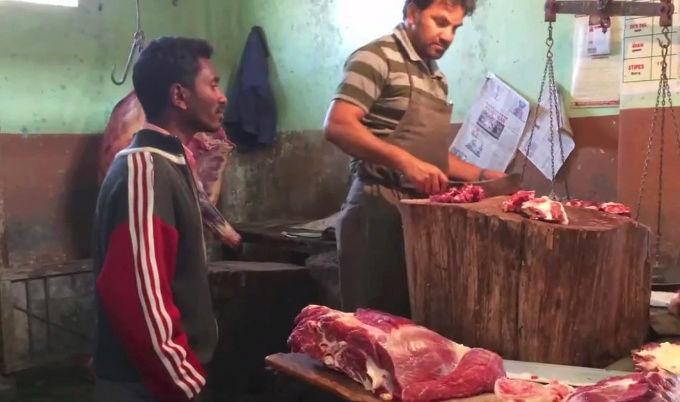 سكان قرية هندية يقتلون مسلمين بسبب الابقار D10