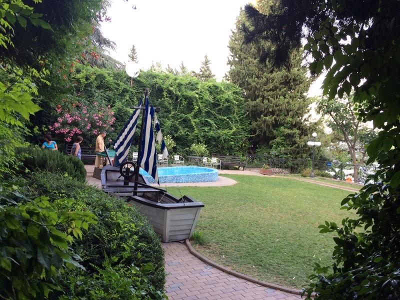 Это вид с веранды ресторана. Большой бассейн для взрослых, маленький (ближний) для мелкотни. Img_0415