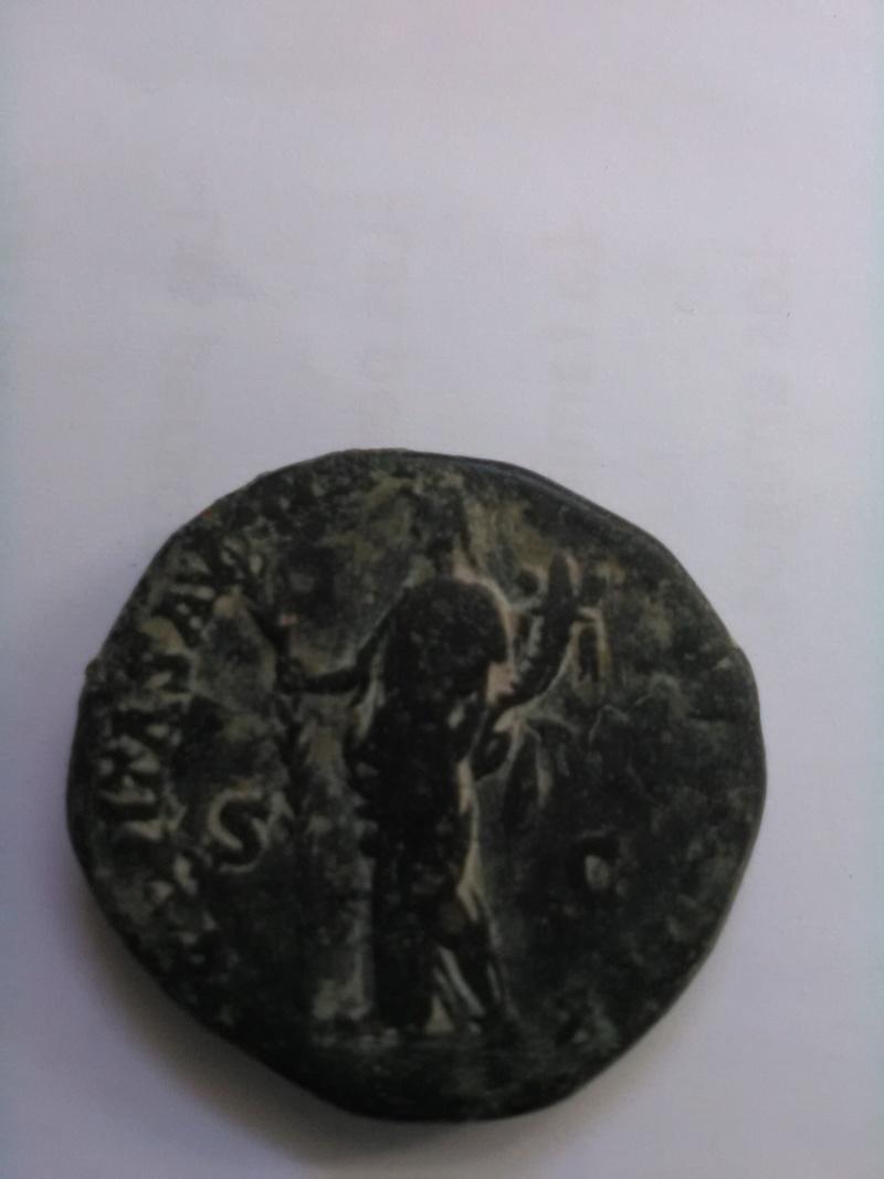 Sestercio de Cómodo. HILARITAS AVG TR P VIII IMP V(I) COS IIII S C. Hilaritas estante a izq. Ceca Roma. Img_2011