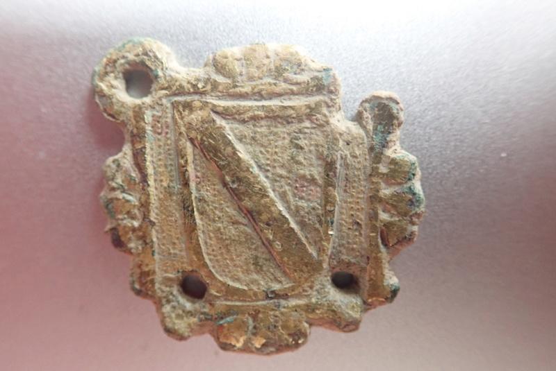 Pinjante y escudo a identificar Pa020010