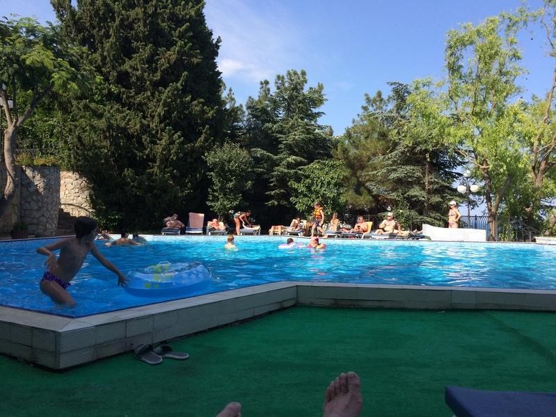Это вид с веранды ресторана. Большой бассейн для взрослых, маленький (ближний) для мелкотни. Img_0518