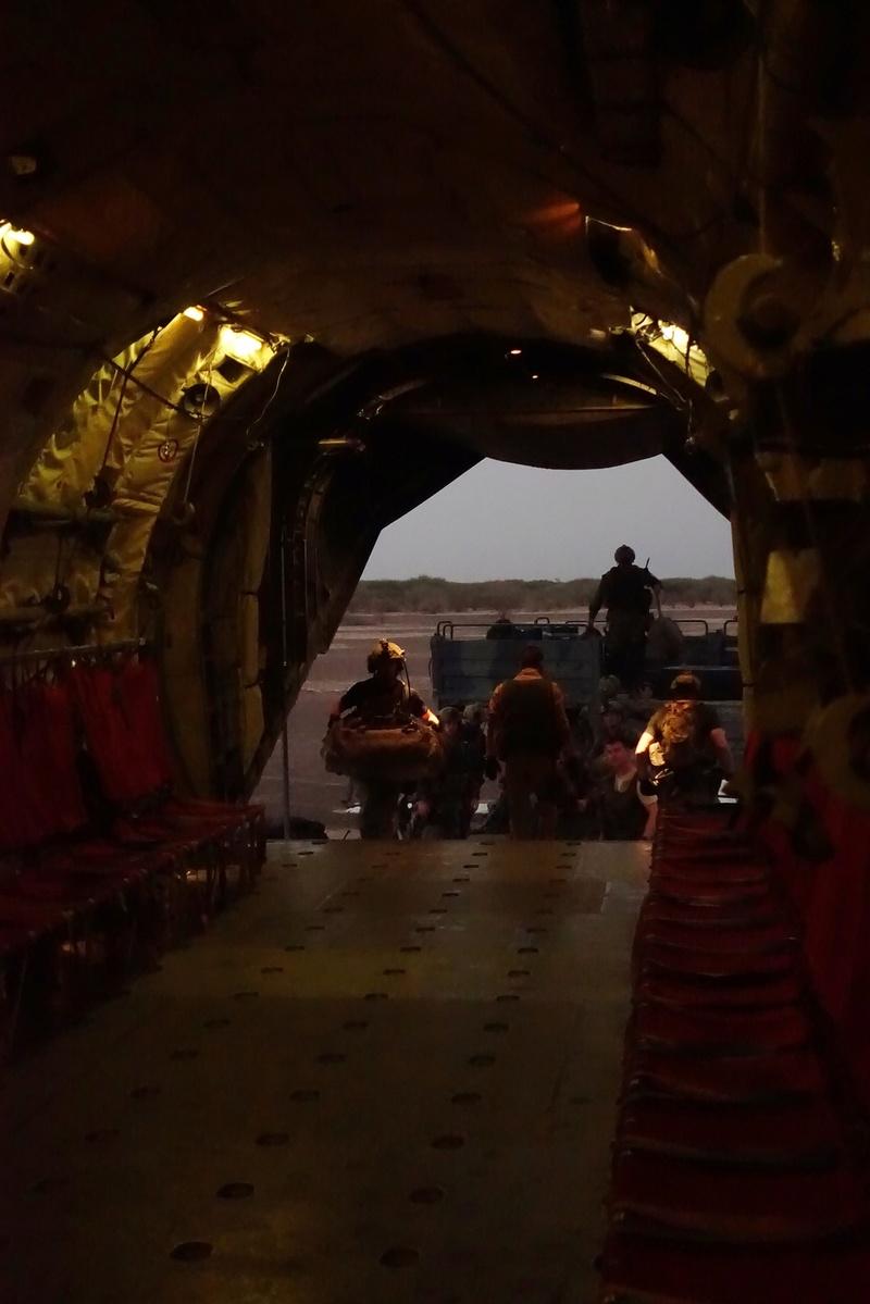 Posé d'assaut d'un C160 Transall sur piste sommaire au Mali Dsc01211
