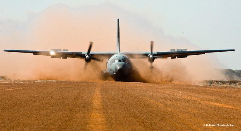 Posé d'assaut d'un C160 Transall sur piste sommaire au Mali Transa10