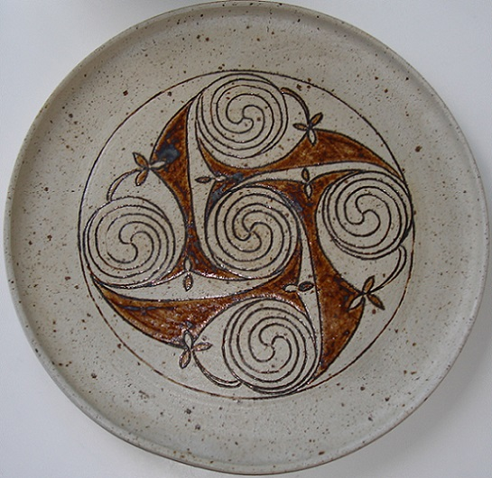 Studio pottery round tray signed Cooksey? Dsc07828