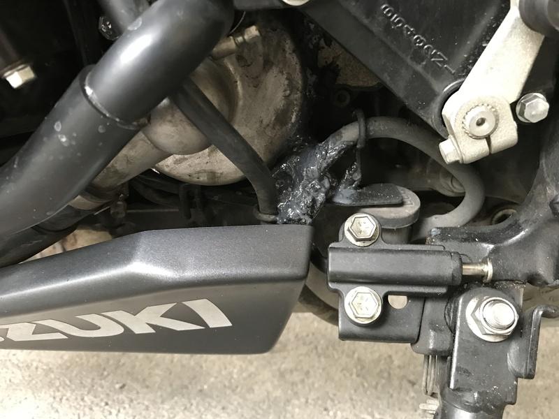 Pate bizarre trouvé  a cote de ma bequille (sous le moteur) Img_0010