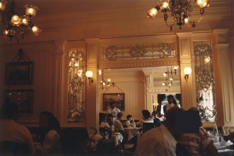 (Histoire) Lilly's Boutique a remplacé une salle du Walt's - An American Restaurant 1992_m11