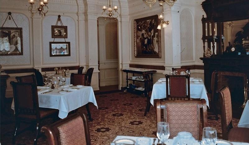 (Histoire) Lilly's Boutique a remplacé une salle du Walt's - An American Restaurant Walt_s12