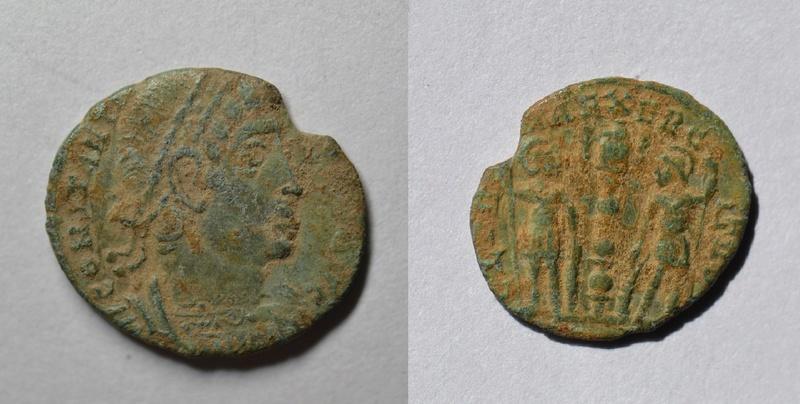 AE4 bajo imperio con reverso GLORIA EXERCITVS, estandarte entre dos soldados. 1110
