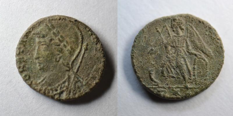 AE4 conmemorativa de Constantinopolis. Victoria estante a izq. sobre proa. Ceca Roma. 1210