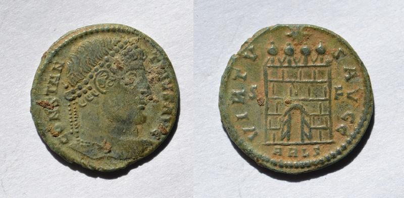 AE3 de Constantino I Magno. VIRTV-S AVGG. Puerta de campamento de cuatro torres. Ceca Arles. 510