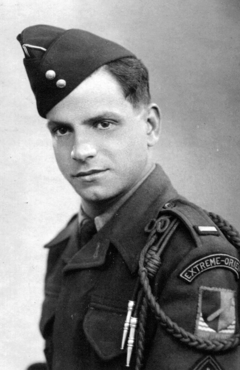 Photo d'un soldat avec sur l'épaule insigne CEFEO et 1ère Armée Serge_10