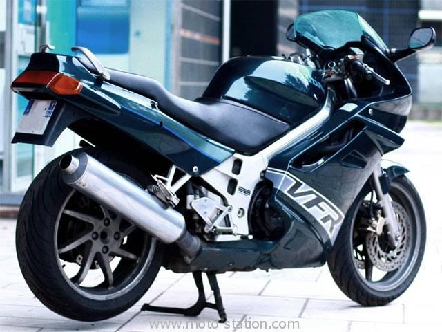 VFR 800 Vtec 2004 RC46 : la plus belle ! ;o)  Honda_10